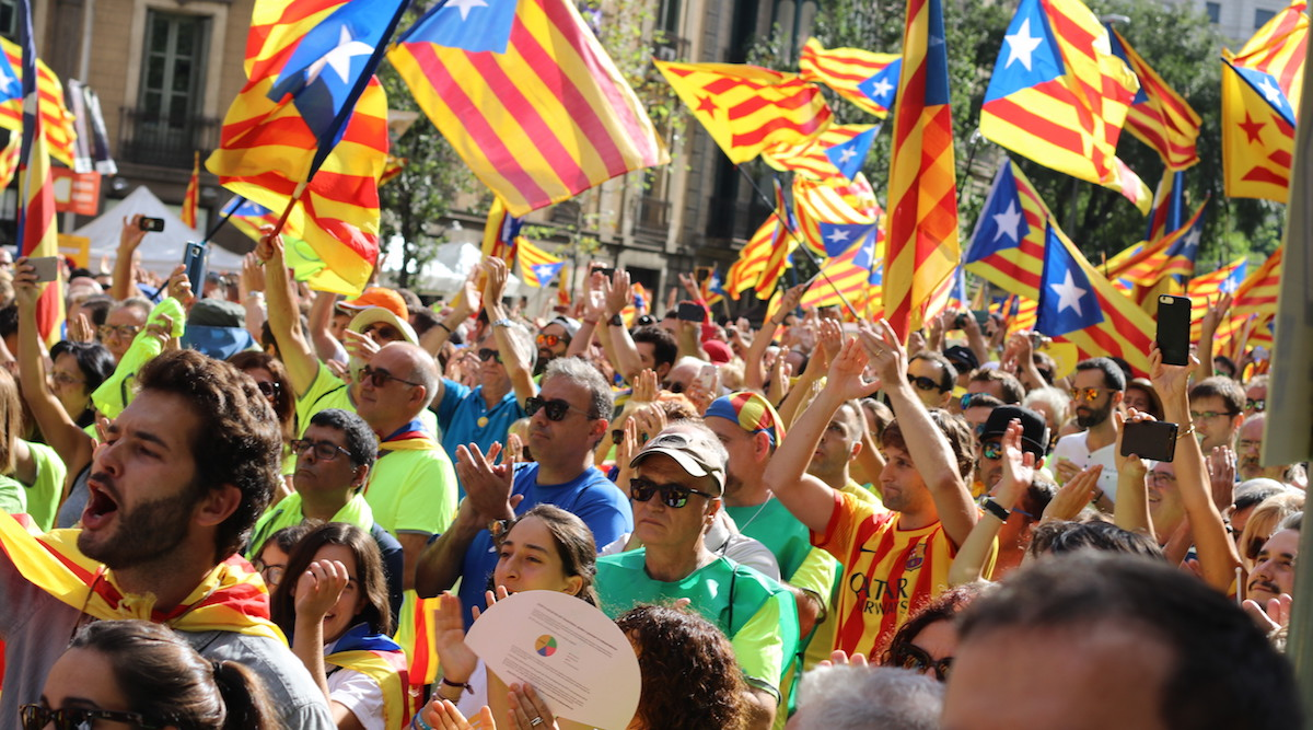 Fowk wi Catalan flags at the Catalan day for Yes (Barcelona, 2017)